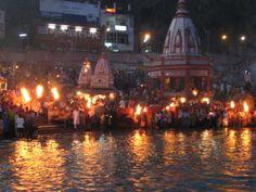 En Ganges en Haridwar, el momento de la ceremonia del Aarti se acerca y la gente empieza a encender las antorchas