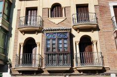Recercados con molduras de piedra artificial para puertas y ventanas.