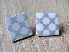 Handmade spanische Fliesen Ohrstecker in weiß grau. Für jedes Outfit das Passende. Weitere Unikate in verschiedenen Farben und Formen findet ihr auf meiner Website www.anjamano.com.