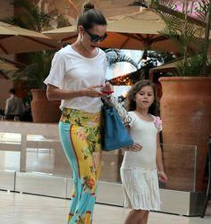 Filha de Ana Furtado e Boninho vai ao cinema com a mãe no Rio