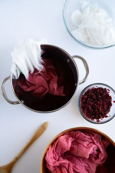 DIY Natural Dye Dish Towels - Alice and Lois Did you know that you can use dried hibiscus leaves to dye fabric? Learn how with our DIY Natural Dye Dish Towels tutorial.