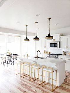 Brass par pull and with white cabinets, fuji gold barstool, dining room noo Modern Farmhouse Kitchens, Rustic Kitchen, Home Kitchens, Kitchen Modern, Modern Kitchen Lighting, Scandinavian Kitchen, White Farmhouse, Farmhouse Table, Vintage Kitchen