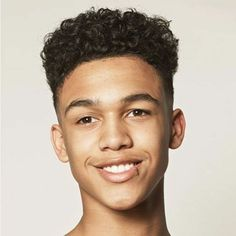 idée de coiffure ado garçon afro, coupe de type rasé sur les cotés et derriere, volume sur le dessus, coiffure cheveux crépus