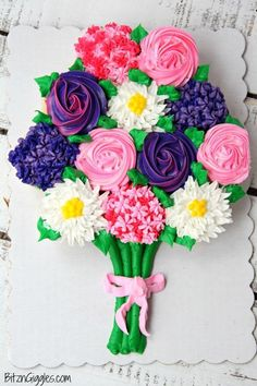 Valentine's Day or Mother's Day this cupcake bouquet is the perfect gift. A simple beautiful cupcake flower bouquet that comes together with store-bought cupcakes from the grocery store bakery! We also have a free printable gift come and get it! Cupcake Torte, Rodjendanske Torte, Cupcake Bakery, Bakery Cakes, Cupcakes Cool, Beautiful Cupcakes, Simple Cupcakes, Giant Cupcakes, Pull Apart Cupcake Cake