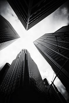 Skyscrapers in black and white, Resort Zoom Gratte-ciel en noir et blanc Cool Pictures, Cool Photos, Beautiful Pictures, Urban Photography, Street Photography, Travel Photography, Negative Space Photography, Photography Ideas, Grunge Photography