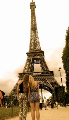 Eiffel Tower with your best friend : The Glam Giraffe