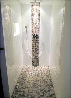 Gefliestes Duschelement Mit Mosaik.