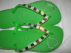 * Havaianas Top com bordado em strass na sola e nas tiras. <br> <br>* Este modelo acompanha embalagem em tnt com visor transparente para você presentear. <br> <br>* Grade: <br>33/34 <br>35/36 <br>37/38 <br>39/40 <br> <br>* Fazemos também este mesmo modelo em outras cores de havaianas top, havaianas slim ou havaianas high fashion (salto alto).