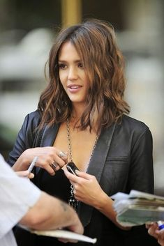 Jessica Alba long bob the fashion medley LOVE her hair.when I muster up the courage to cut it :) Cabelo Jessica Alba, Jessica Alba Lob, Jessica Alba Short Hair, Jessica Alba Hairstyles, Pelo Midi, Clavicut, Longbob Hair, Medium Hair Styles, Short Hair Styles