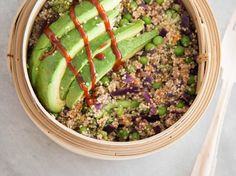 Superfood Buddha-Bowl mit Quinoa und Avocado