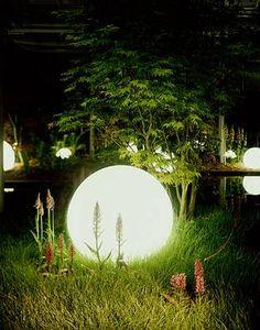 Beleuchtung im Garten , hier eine große Kugel von Moonlight. Das Original steht vor unserer Ausstellung #DriesenGmbh