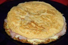 Hoy, para cenar, tenemos tortilla de patatas, pero no cualquier tortilla, sino una rellena de jamón y queso.