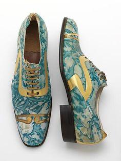Aber auch Männer können auffällige Treter tragen: goldene Schuhe aus den Goldenen Zwanziger Jahren. (vergoldetes, marmoriertes Leder, Northamptonshire, England, 1925)