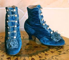 Blue Velvet Boots, Abiti Antichi If I win the lottery I'm going to pay to have these costume made. 1880s Fashion, Edwardian Fashion, Vintage Fashion, Vintage Boots, Vintage Outfits, Vintage Accessories, Fashion Accessories, Victorian Shoes, Victorian Era