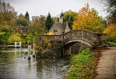 Iffley Lock is a lock on the River Thames in England near the village of Iffley, Oxford. Oxford England, London England, Garden Ideas England, English Village, British Countryside, Voyage Europe, England And Scotland, Places To See, United Kingdom
