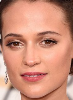 Close-up of Alicia Vikander at the 2016 Golden Globe Awards. http://beautyeditor.ca/2016/01/12/golden-globes-2016