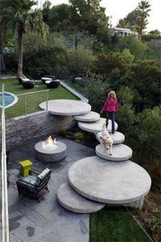 escalera hecha de platos de piedra