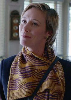 Knitting Pattern for Gilmore Girls Paris's Scarf - This is the official costume pattern for the scarf worn by Paris Geller in the new season of Gilmore Girls: A Year in the Life on Netflix. Eponymuff scarf designed by Lisa Whiting and Lucia Blanchet. Easy Knitting, Knitting Patterns, Knitting Ideas, Knit Hat Pattern Easy, Gilmore Girls Quotes, Girlmore Girls, Costume Patterns, Scarf Design, Girl With Hat