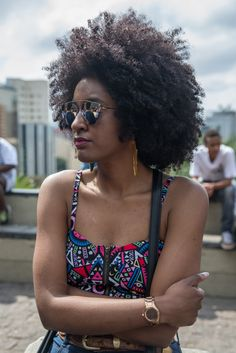 #blogdasCabeludas na #MarchadoOrgulhoCrespo Foto: Carolina Cury Shades Of Black, 50 Shades, Textured Hair, Locs, Natural Hair, Bae, African, Events, Beauty