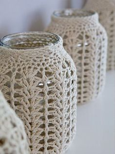 Frascos con tejido de crochet en el almacen de toto Jars with crochet fabric in the toto warehouse Crochet Diy, Crochet Home Decor, Love Crochet, Crochet Gifts, Crochet Bags, Crochet Hearts, Crochet Fabric, Crochet Jar Covers, Knitting Patterns