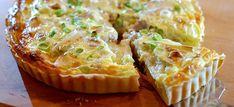 Deze heerlijke quiche met prei, walnoot, camembert en lenteuitjes heb je in iets meer dan 30 minuten gemaakt. Hier het lekkere quicherecept.
