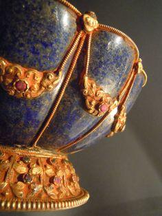 Vaso in lapislazzulo, bronzo dorato e rubini. Inizio XX sec, Nepal. BASE 12 CM; DIAMETRO 20 CM. www.arte-orientale.com