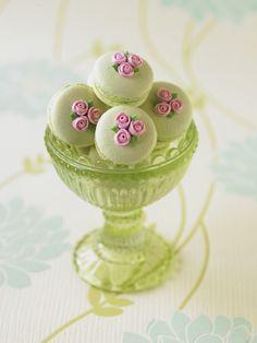 #CakeDecorating. so gorgeous. dainty. fanciful.
