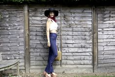 kick flare jeans and floppy hat Hippie Bohemian, Hippie Style, Boho, Kick Flare Jeans, Straw Bag, Lifestyle, Witch, Hat, Fashion