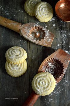 MAAMOUL: GALLETAS RELLENAS ÁRABES | Con Harina en Mis Zapatos Matcha Cookies, Coconut Cookies, Biscuit Cookies, Cupcake Cookies, Sweets Recipes, Cookie Recipes, Pastries Images, Middle Eastern Sweets, Arabian Food