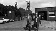 Zwei Arbeiter verlassen eine Zeche (Aufnahme 1960er Jahre). | Bildquelle: Picture Alliance
