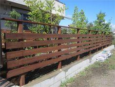 雑木とウッドフェンスと自然石乱張りサークルテラス