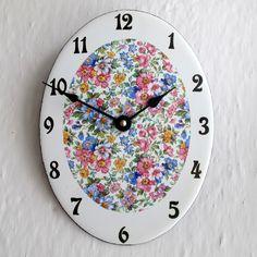 Smaltované hodiny velké 202 Smaltované hodiny . Jako po babičce, ovál je velký 18x24 cm. Základ je bílý. Motiv plocha kytky . Výrazná čísla. Jedná se o ruční práci, používám takovou technologii, aby hodiny vypadaly jako staré, takže na ciferníku se mohou vyskytnout drobné skvrnky, či jiné malé nepravidelnosti, které hodinám dávají duši a osobitost. Nepodaří se ...