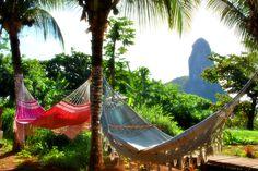 Com algumas das praias mais bonitas do Brasil (e do mundo), Fernando de Noronha é um destino a se considerar para uma lua de mel no Brasil, se você não faz questão de alto luxo. O nível das pousadas melhorou bastante nos últimos anos, mas a localização da Beijupirá é incrível, com vistas para o famoso pico e acesso a pé até a praia, uma raridade na ilha. Quer ajuda para escolher um lugar lindo para a sua lua de mel no Brasil, fale com a gente: info@handmadevacations.com.br.