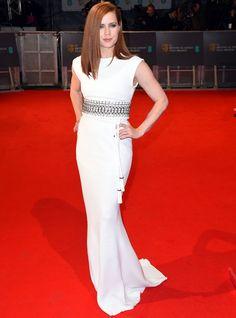 Amy Adams con vestido columna en blanco con cristales en plata y cinturón con borlas de Lanvin.