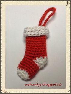 Deze kerstsok is ca. 7 cm hoog. Geschikt voor in de kerstboom, ook leuk op een pakje of als sleutelhanger. Gebruik 2 kleuren garen (r...