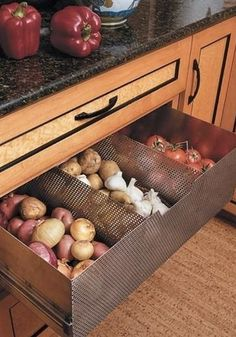 Ventilated drawer to store non-refrigerated foods (tomatoes, potatoes, garlic, onions) new kitchen interior design home design New Kitchen, Kitchen Decor, Kitchen Ideas, Pantry Ideas, Hidden Kitchen, Kitchen Must Haves, Awesome Kitchen, Kitchen Hacks, Kitchen Interior