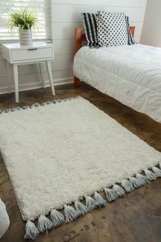 DIY Dyed Tassel Rug Old Bed Sheets, Braided Rag Rugs, Diy Braids, Diy Tassel, Bedroom Furniture Sets, Bedroom Sets, Diy Bed, Furniture Projects, Furniture Design