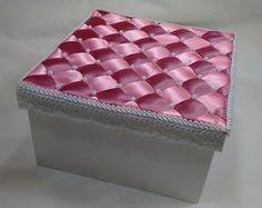 Caixa em MDF decorada com fita de cetim