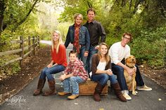 Family portrait with teenages Large Family Poses, Family Picture Poses, Family Photo Sessions, Picture Ideas, Photo Ideas, Family Portrait Poses, Family Posing, Fall Family Pictures, Family Pics