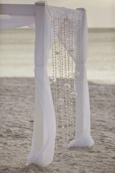 Hermoso altar para bodas en la playa.