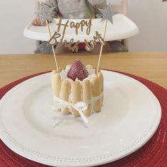 . これはバースデー記録なので、 興味ない方スルーください✍️ * バースデーケーキ 坊ちゃんママさんが ピジョンのケーキセットで 作ってたので、 私も参考にさせていただいて ケーキ作成❤️ * 400円ぐらいで買えるし なんといっても簡単だし 私もおすすめ❤️ * ✔︎ケーキセット ⇨#ピジョンのケーキ 付属の型は大きかったので、 一回り小さくした✨ 中は、#ベビーダノン のヨーグルトとバナナではさむ (でも一回り小さくしたから、付属のクリームで事足りた) * 周りはしまじろうの#にぎにぎボーロ を使用 (長いボーロの中ではこれが見た目綺麗だと思う) 1袋12本しか入ってないので、 2袋買ったほうがいいかも 1袋だと見ての通り、すきすき♀️爆 * 最後にリボンで飾り付け はケーキのいちごを使って、 ケーキは夫婦でおいしくいただきました笑 (果物屋でいちごみたら衝撃の1980円〜怖) これだけ頑張って入手したものの 一切手を伸ばしてもらえなかった爆 ボーロばっか食べるやん♀️ * ✔︎ケ...