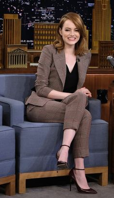Emma Stone finds Jimmy Fallon confusing during his Singing Whisper Challenge Game face! Emma Stone readied herself for a challenge on The Tonight Show With Jimmy Fallon on Thursday night Summer Business Outfits, Summer Work Outfits, Casual Work Outfits, Mode Outfits, Office Outfits, Work Attire, Classy Outfits, Outfit Summer, Work Casual