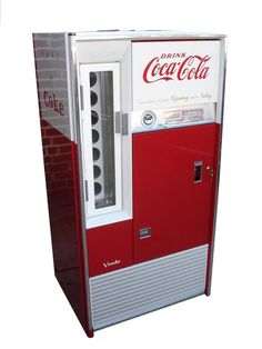 Old Coca Cola vending Soda Vending Machine, Coke Machine, Coke Cooler, Coca Cola Ad, Splash Page, Workshop Organization, Lawn Chairs, Garage Ideas, Coco