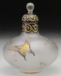 botellas, frascos y tarros, Massachusetts, A [Mt Washington Glass] Royal Flemish mariposa [esencia] botella, fondo de cristal satinado adornado con mariposas de colores, follaje y un modelo adornado en el cuello y el tapón. Firmado R en un diamante de fondo del jarrón.