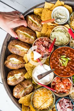 #yemek #pratikyemek Charcuterie Recipes, Charcuterie And Cheese Board, Cheese Boards, Meat Cheese Platters, Charcuterie Platter, Antipasto Platter, Cheese Plates, Party Food Platters, Food Trays