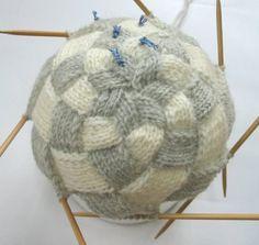てっぺんから編むバスケット編み帽 – 不埒な編み物三昧の日々 Cotton Crochet, Crochet Lace, Crochet Stitches For Beginners, Knitting Projects, Bean Bag Chair, Shawl, Basket, Pattern, Caps Hats