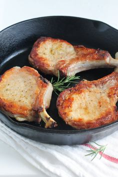 How to Cook Perfect Pork Chops Pan Cooked Pork Chops, Healthy Pork Chops, Seared Pork Chops, Cooking Pork Chops, Skillet Pork Chops, Turkey Chops, Perfect Pork Chops, How To Cook Pork, Cooking Turkey