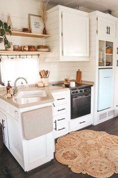 Boho Chic kitchen Designs And Decor Ideas - home Boho Kitchen, Kitchen Decor, Kitchen Ideas, 10x10 Kitchen, Copper Kitchen, Small Apartments, Small Spaces, Interior Design Living Room, Interior Office