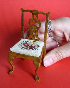 Carolyn Pearce Home Sweet Home workbox embroidering the sides of the spool holder - Home and Garden Decoration Dollhouse Furniture Kits, Miniature Furniture, Diy Dollhouse, Dollhouse Miniatures, Diy Furniture Chair, Doll Furniture, Furniture Making, Spool Holder, Needlepoint Kits