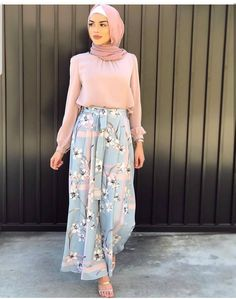 In love with both the outfit and the hijab style. Possible wedding outfit? Modern Hijab Fashion, Street Hijab Fashion, Hijab Fashion Inspiration, Islamic Fashion, Abaya Fashion, Muslim Fashion, Modest Fashion, Fashion Dresses, Trendy Fashion